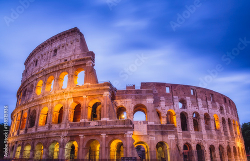 Photo  Roman Colosseum after sunset in colorful long exposure