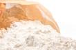 Geöffnete Packung weißes Mehl zum Backen und Kochen