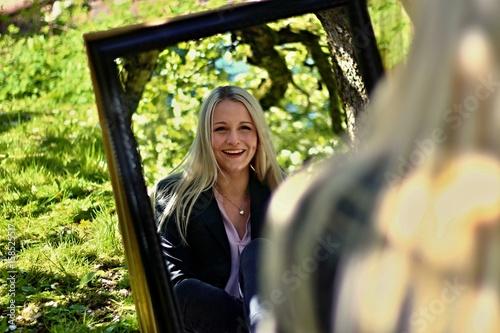 Fotografie, Obraz  mädchen sitzt vor spiegel III