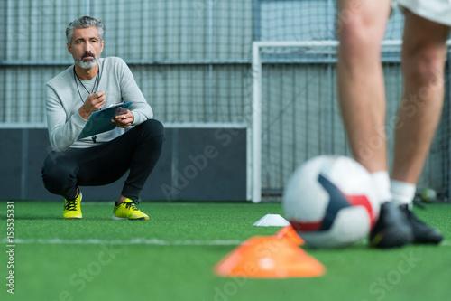 football coach training football player Fototapete