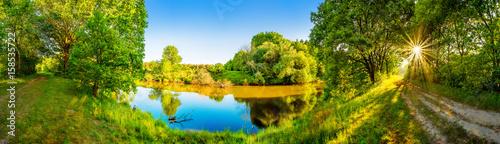 Photo Stands River Landschaft im Sommer mit Fluss, Sonne, Weg und Wald