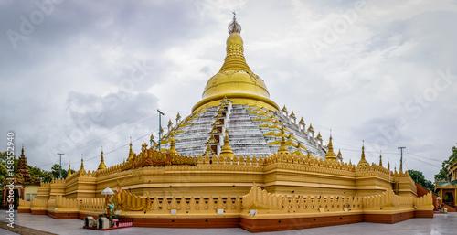 Foto  Maharzedi Pagoda. It is located in Bago city, Myanmar