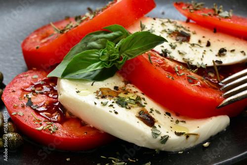 Fotografie, Obraz  Insalata Caprese, Tomaten Mozzarella, auf Teller, Nahaufnahme, Foodstyling