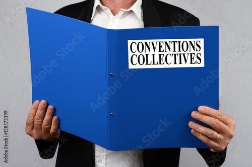 Photo Homme lisant le dossier des conventions collectives