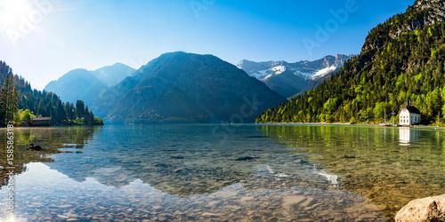 Staande foto Bergen Bergsee Panorama mit Bergen und Spiegelung im See am morgen