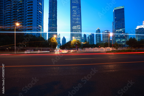 Photo  Empty road surface with city landmark buildings of night