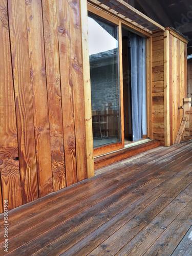 bardage et terrasse en bois d\'un chalet avec baie vitrée – kaufen ...