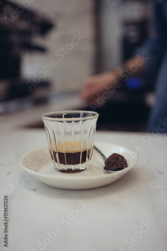 verre de café espresso sur comptoir de restaurant