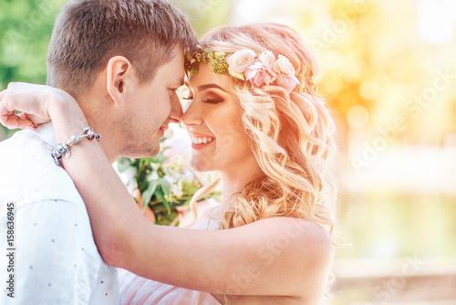 Zdjęcie XXL Ładna młoda ślub para plenerowa w parku