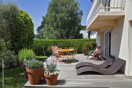 Fotobehang Tuin terrasse avec jardin maison en Bretagne