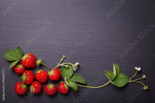 Erdbeeren auf schwarzer Schieferplatte Canvas Print