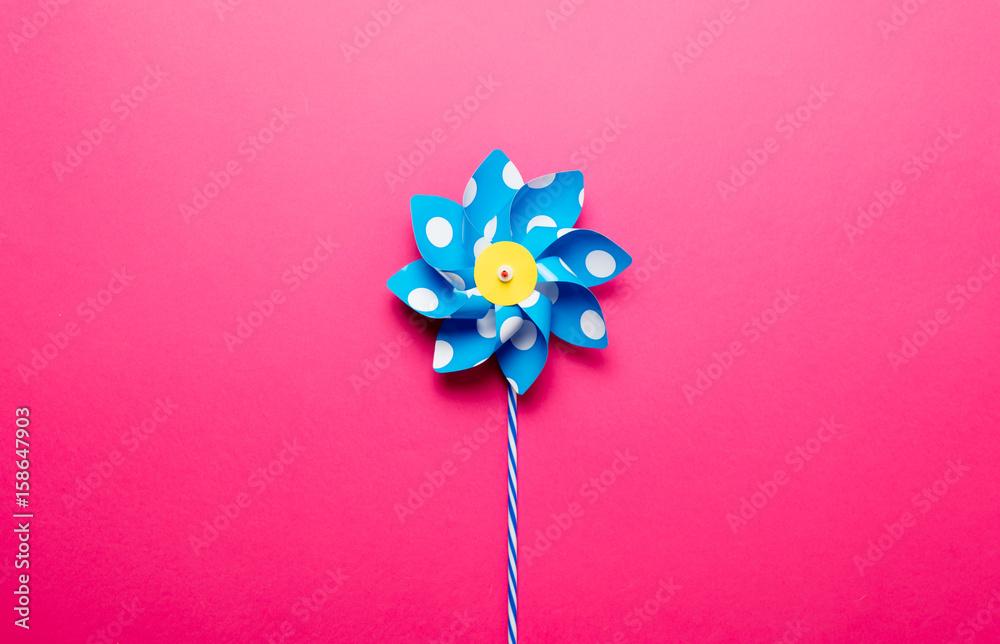 Valokuva Little yellow pinwheel on pink background