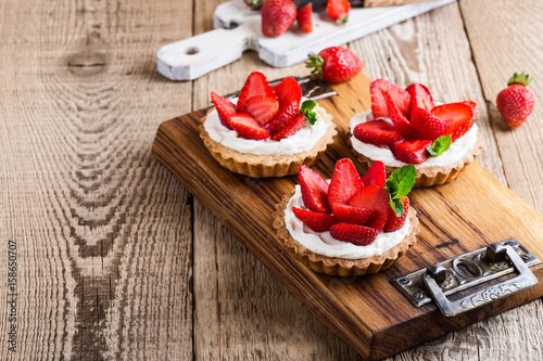 Canvas-taulu Strawberry shortcake pies on rustic wooden table