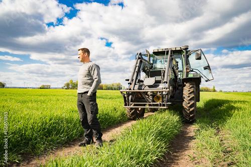 Fotografía  Landwirt mit Traktor im Getreidefeld - unternehmerische Freiheit und Zukunftssor