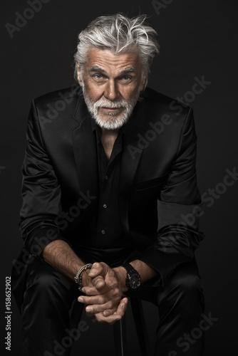 Fototapeta Senior Hipster im schwarzen Anzug obraz