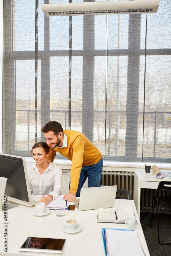Berater macht Schulung am Computer Foto, Poster, Wandbilder bei ...