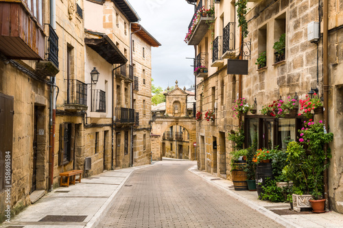 Foto peaceful street of rioja town, Spain