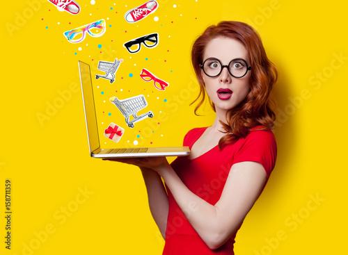 Plakat dziewczyna z laptopem