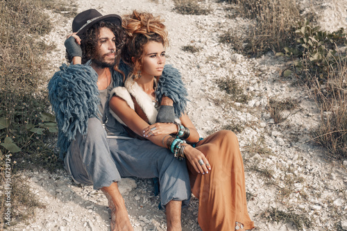 Photo  stylish young hippie couple outdoors