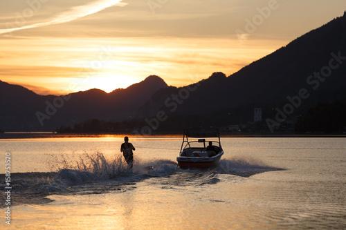 Fotografie, Obraz  Wasserski am See beim Sonnenuntergang