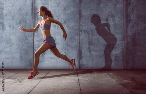 Fotografía  Frau trainiert ohne Rückenschmerzen