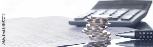 Fotografía  Finanzen, Euro, Münzstapel auf Tabellen mit Stift und Taschenrechner, Panorama,