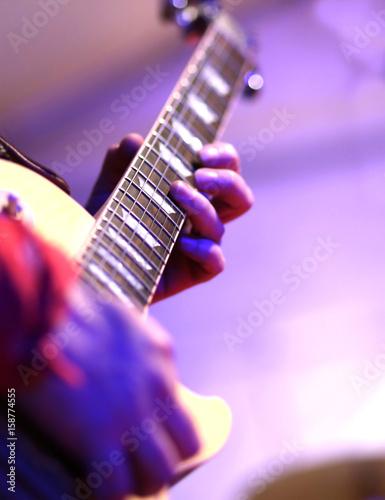 Plakat Gitarzysta gra na gitarze elektrycznej na scenie