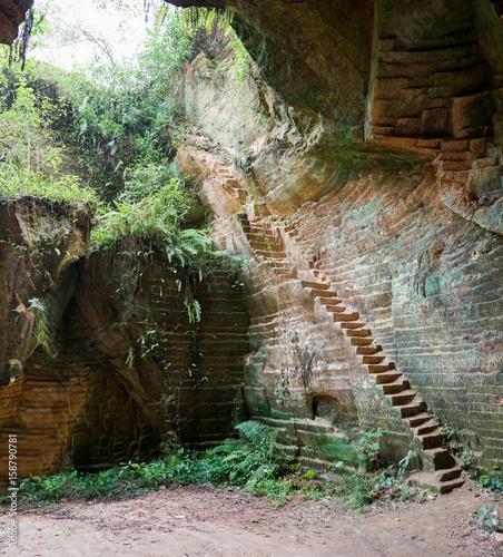 schodki-wejscie-lub-wyjscie-stara-historyczna-wapien-kopalniana-jama-w-arosbaya-madura-indonesia