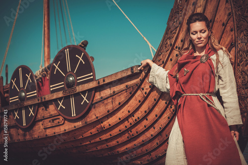 Photo  Viking woman in traditional clothes near drakkar