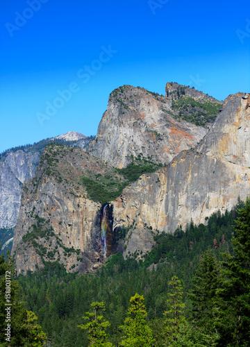 Photo  Bridal Veil Falls at Yosemite National Park with Clear Blue Sky