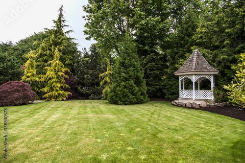 Photo backyard with green grass and gazebo