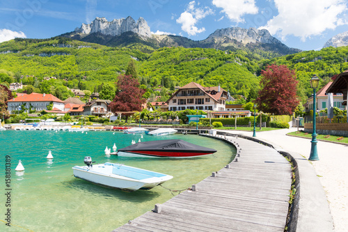 Photo beautiful marina in Talloires village on Lake Annecy, France