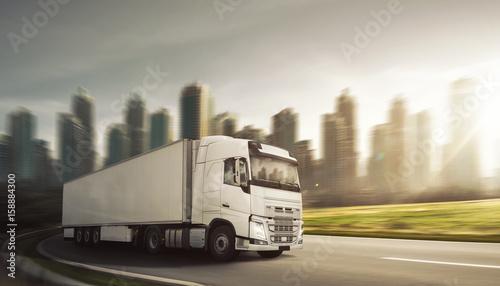 Zdjęcie XXL Ciężarówka przed skyline