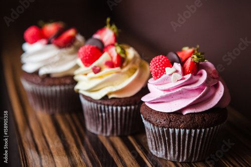 Платно Cupcakes with strawberries and cream