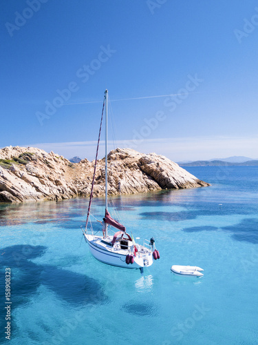 Photo  Aerial view of a sail boat in front of Mortorio island in Sardinia
