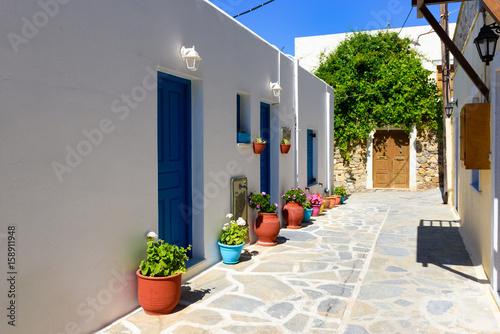 tradycyjna-grecka-ulica-z-doniczkami