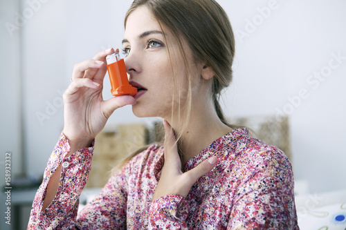Obraz na plátně Asthma treatment, woman