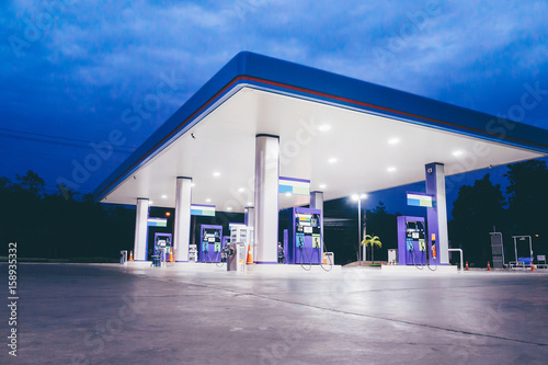 Photo Gas station at night time