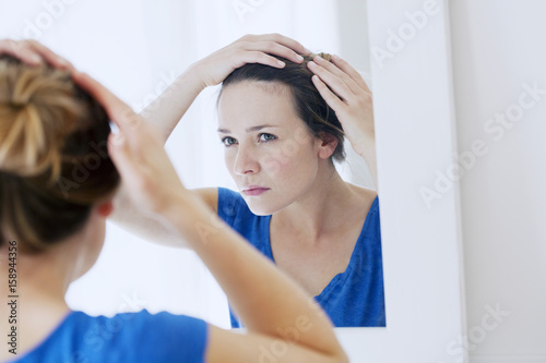 Photo Woman looking in a mirror