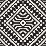 Czarno-białe plemiennych wektor wzór z elementami doodle. Aztecki druk abstrakcyjny. Etniczne ozdobne ręcznie rysowane tło. - 158965554