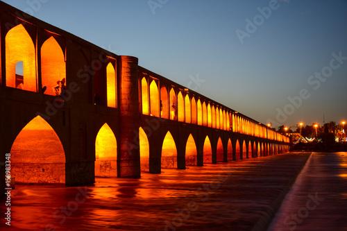 nocny-widok-na-pol-e-chadzu-jeden-z-najbardziej-znanych-mostow-w-isfahanie-w-iranie