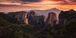 wilde zerklüftete hohe Felsen vor Sonnenuntergang