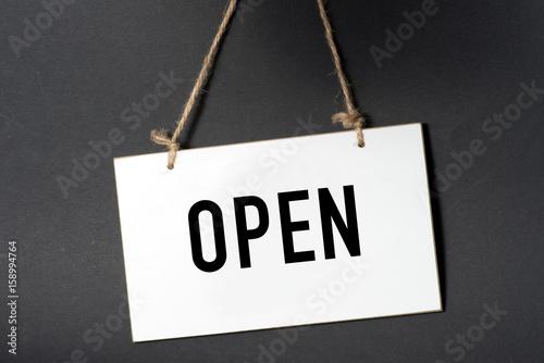 Fotografie, Obraz  Ein Schild mit dem Wort Open
