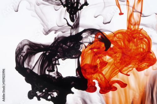 czerwona-i-czarna-farba-w-wodzie