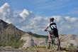 高山の岩山をマウンテンバイクで走る