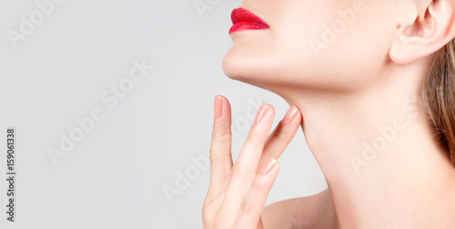 Photo Beautiful woman neck with clean skin and red lips