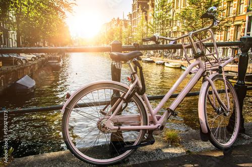 Damenfahrrad in Amsterdam im Gegenlicht