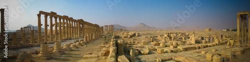 Montage in der Fensternische Altes Gebaude Panorama of Palmyra columns and ancient city. destroyed now, Syria