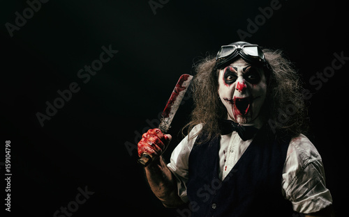 Portrait d'un clown criant, un couteau ensanglanté dans sa main Wallpaper Mural