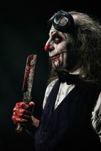 Portrait D'un Clown Sadique, Un Couteau Ensanglanté Dans Sa Main